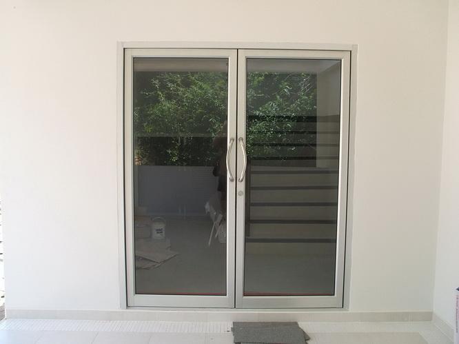 ประตูกระจก ขอบเป็นอลูมิเนียม บานคู่