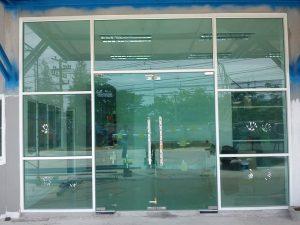 ประตูวงกบเป็นอลูมิเนียม บานประตูเป็นกระจก บานเปลื่อย ล่าง คู่